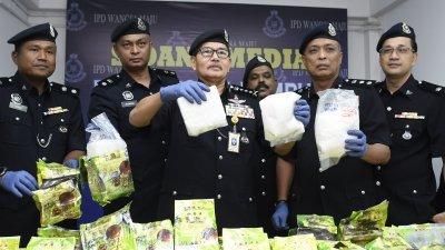 玛兹兰(左3)在下属的陪同下,向媒体展示由警方所起获的冰毒。