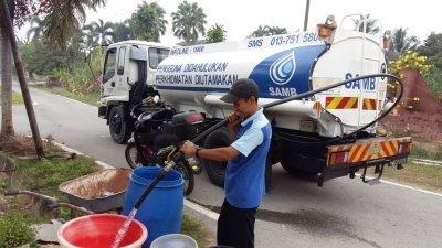 马六甲水务公司派出水槽车前往受影响的地区派水。