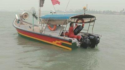 搜救队伍于周三中午约12时05分,在公主海滩约7海里处寻获因烟霾迷失方向的渔夫及渔船。