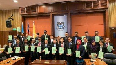 尤端祥(前排左7)于周三提呈2020年槟岛市政厅财政预算案后,与众槟岛市议员一起展示该份财案。