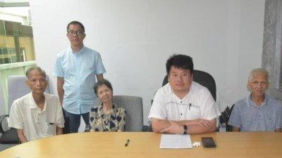 受害者们在杨胜利(坐者右2)的陪同下,在记者会现身说法。坐者左起为黄亚河、黄莲妹及黄水平。