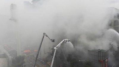 韩国东大门商圈凌晨大火 延烧14小时仍未扑灭