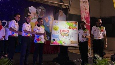 阿德里(左3)为2019年马六甲健康展销会主持开幕仪式。左2起为鲁斯迪及刘志良。