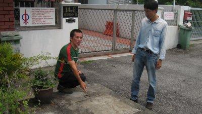 郑雨周(左起)在槟州人民党州委蔡倡蔚陪同下,指曹观友服务中心前面曾设立大支的火箭模型,但周六却突然被拆除了。