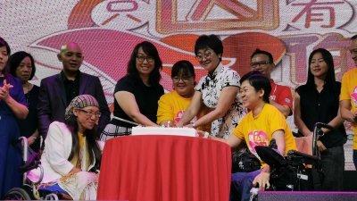 沈秋香(前排左起)、林以明、刘琦亮和黄祥銮周六为双福残障自强发展协会柔州分会庆12周年主持切蛋糕仪式。