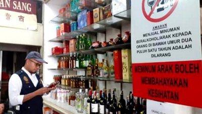 雪州卫生局官员检查店铺售卖的酒精饮料产品标签。