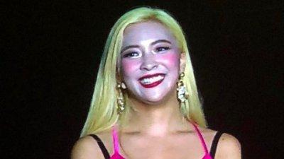 Luna疑似舞台灯光和摄影机拍摄角度问题,导致舞台妆容不自然。