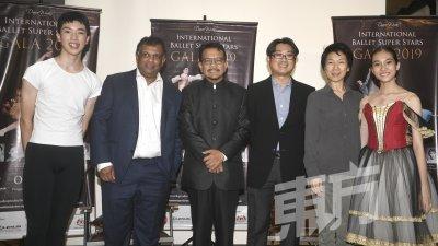 东尼费南德斯(左)与拿督佐哈里(左3)出席国际芭蕾舞超级明星盛会新闻发布会。(摄影:伍信隆)