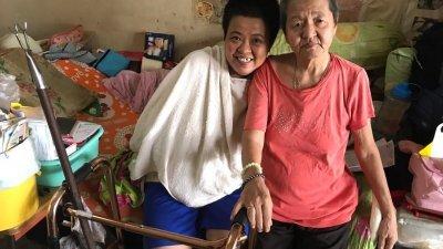 以前是李亚烈(右)照顾颜秋萍,如今却是颜秋萍看顾回母亲。