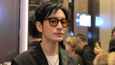 黄晓明为戏暴瘦,不过消瘦的他,五官变得更立体,不少网民认为,他重回到以前高颜值的巅峰期。