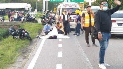 北赖新路路段在车祸后引起大塞车,必须由路人协助指挥交通。