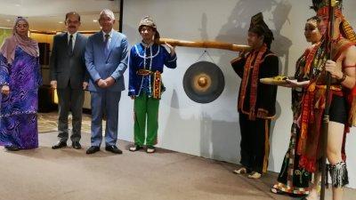 黄达华(左3)为环保法律论坛主持敲锣仪式。
