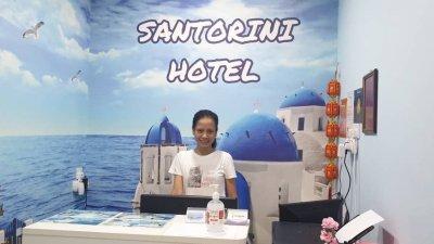 爱琴海酒店柜台处置放洗手液,供顾客使用,以做好防疫措施。