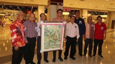 罗荣(左3)赠送其水彩画作予陈家兴,以示感激。左起为赞助人练金华、岑皆满、李昇、罗国隆、张南生及霹雳美术协会主席傅子庆。