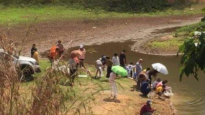 水坝水位明显低,但多名男女拿著装有活鱼的透明塑料袋,在水坝旁边放生,引起网民非议。