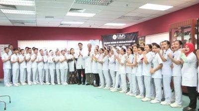 """沙巴大学医学与健康科学学院的师生,穿著医生白袍和护士制服,特别录制了一个视频,齐声用中文高喊:""""武汉加油,中国必胜""""。"""