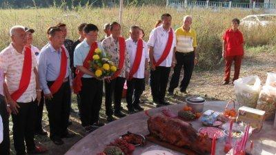曹观友(左3)在周呈慧(左起)、翁国华、蔡振国及曹耀坤等人的陪同下,在曹氏总坟前进行献花仪式。(摄影:黄俊南)