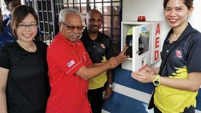 西华尼申(左2)在苏丹阿都阿兹休闲公园的警亭,配置AED仪器。左起是崔慈恩、西瓦南达拉惹及谢碧君。