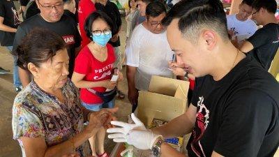 本身也是药剂师的张引弘(右),正在认真教导民众正确的洗手方式。