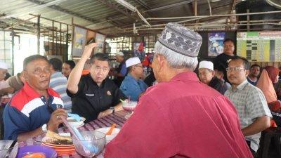 沙拉胡丁(左2)在麻坡新邦二南州选区的一个小食档,与村民闲聊。