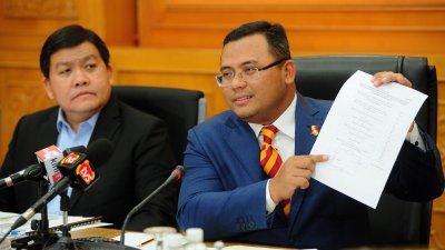 阿米鲁丁(右)在新闻发布会上出示数据,反驳环保和非政府组织对州政府的指控。左为许来贤。