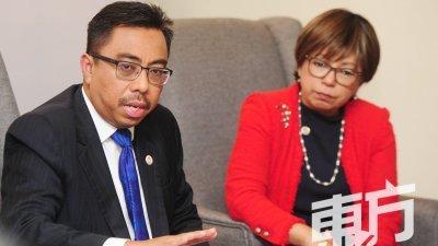 海里尔(左)表示,因新冠肺炎影响,部份国家代表只能通过视讯参与会议。右为2020年亚太经济合作组织峰会秘书处执行主任丹斯里丽贝卡。(摄影:徐慧美)