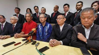 李文材(前右3)指中国出现一名病患二度感染新冠肺炎,不排除有关新冠肺炎的测试结果存在10%的假阴性。