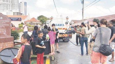 马六甲水务公司提供一辆水槽车的水供,让葡萄牙村村民泼水为乐。