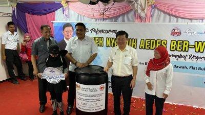 峇都茅州议员拿督阿都哈林(左起)、阿菲夫、曹观友及阿斯玛雅妮于周日上午,为释放沃尔巴克氏菌感染蚊子主持推介礼。