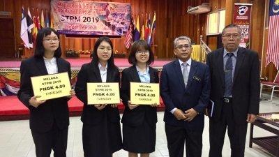 马六甲高等中学3名考生在大马高等学校文凭成功考获满分4.0,开心与校长兰南(右2)合照。