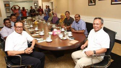 哈斯尼(右)及三苏峇里(左)在会议开始前,与众国阵州议员合影。