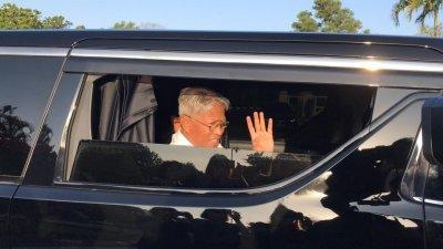 哈山拉曼现身于州政府行政大厦外,并与记者打招呼。(摄影:魏美琪)