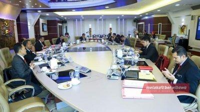 阿德里的面子书专页上传行政议员开会的情况。(照片取自网络)
