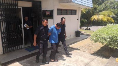 被告阿兹曼在认罪并判刑后,被押出居銮法庭。