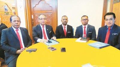 曼苏(左2)指甲市政厅将发出禁用保丽龙饭盒的通告予饮食业者,左起为旺玛哈迪胡先、苏烈斯、扎希莫哈末扎哈鲁及阿兹哈。