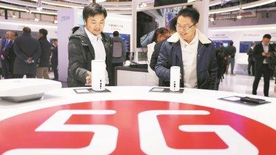 北京举行的首届世界5G大会上,参观者在近距离观看5G室内路由器。(图取自中新社)