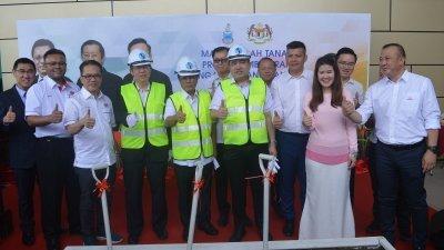刘伟强(左3起)、林冠英、沙菲益阿达、陆兆福,共同为山打根机场加长跑道工程主持动土礼。