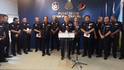 罗斯里(中)偕同槟州警察总部各部门主任与各警区主任召开记者会,向媒体汇报槟州警察总部2019年的成绩单。