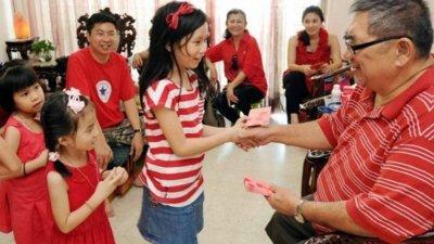 农历新年的红包又称压岁钱,是长辈给后辈的祝福,表示把祝福和好运带给他们。
