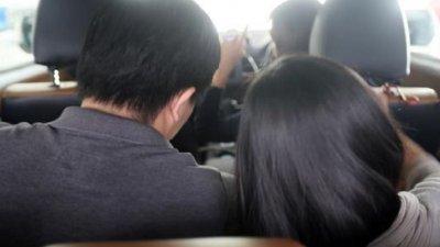 卓先生指私召车司机不满他妻子靠在他肩上休息,当面指责两人公然亲热,因此与私召车司机吵了起来。(示意图)