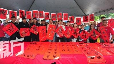 """黄思汉(左6)以""""蒲尽甘来""""向市民拜早年并派发1000幅春联给民众,左4起为彭兴泉和罗斯迪;右5起为郑英杰及叶国荣。(摄影:徐慧美)"""
