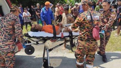 消防人员发现失踪老翁后,准备将他送往医院治疗。