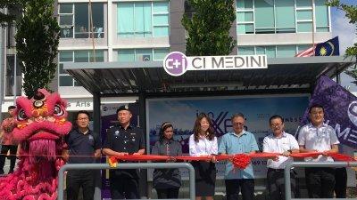 林镇芳(左4起)、锺少云和松方岳史为CI Medini巴士车站主持推介仪式。