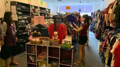 不少人会定期到二手服饰店挖宝,幸运的话,可能会找到价格比原价低廉好几倍的名牌服饰。