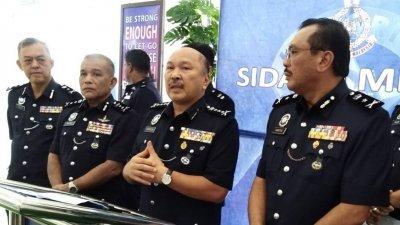卡玛鲁丁(左3)周一召开新闻发布会宣布,今年警方接获投报后抵达案发现场的新指标是8分钟。左起:尤索夫和沙菲益。