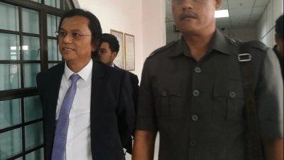阿都拉曼(左)周一在新山地庭被控涉嫌洗黑钱活动,获准以3万令吉和一名担保人保释候审。