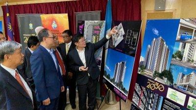 杨翼图(左2起)与曹观友于周一上午出席威中科学园区兴建员工宿舍记者会,并在现场观赏其展示图。
