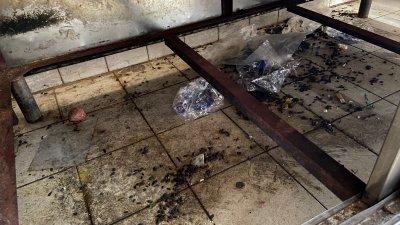 执法人员在其中一档小贩档口底部发现大量的老鼠屎,恶心画面令人作呕。