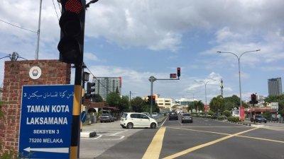 哥打叻沙玛纳第三期花园入口处交通灯所安装的闭路电视,实际上是智能交通灯的装置。
