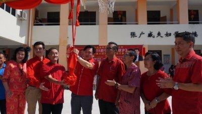 杨祖强(左4)出席益智华小团拜活动时,也受邀为新篮球场主持开幕,左起是梁碧莉、张维立、张年安、陈进华、钟耀强、曾秀凤及刘国南。